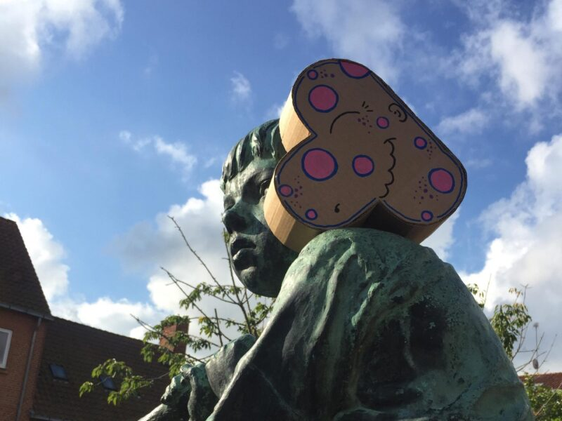 Gå til siden: UD AF BOKSEN – Street art med papskulpturer